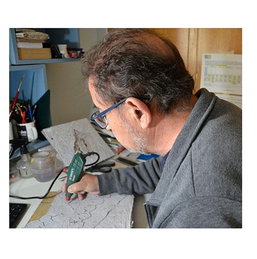 José Miguel Roca, trabajando en la exposición 'Redivivus. El papel reciclado como soporte artístico sostenible'. Imagen: J. M. Roca