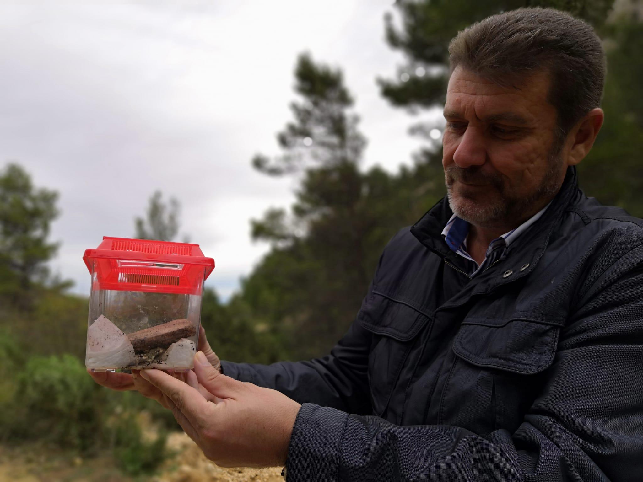 El director general de Medio Natural, Fulgencio Perona, muestra un sapo bajo una piedra. Imagen: CARM