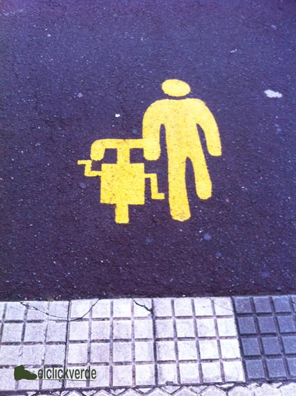 Señal que recomienda llevar la bici de la mano, pintada en el suelo