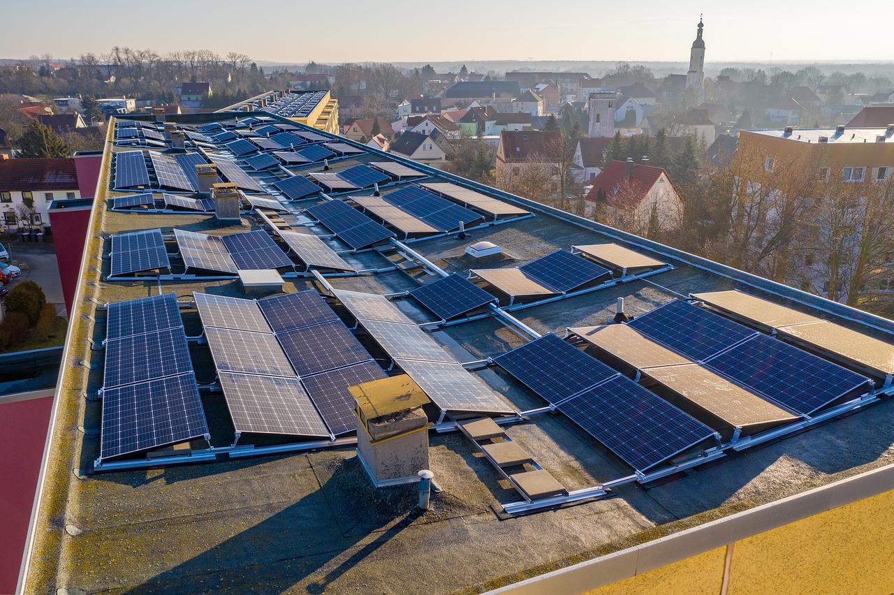 Uso de paneles solares en tejados de edificios