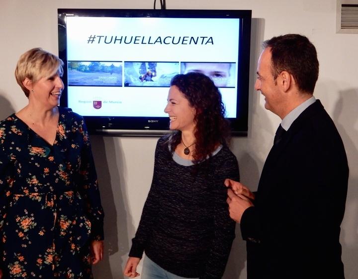 El consejero de Turismo, Cultura y Medio Ambiente, Javier Celdrán, ha presentado la campaña 'Tu huella cuenta' junto a la alpinista Lucía López. Imagen: CARM