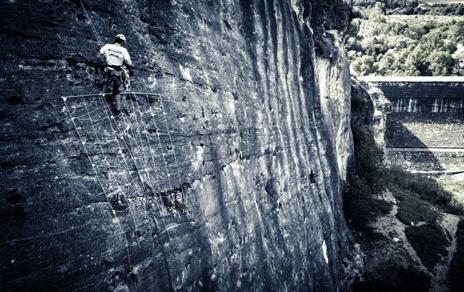 Un escalador del proyecto WorldClimb, muestreando en Patones (Madrid). Imagen: MNCN