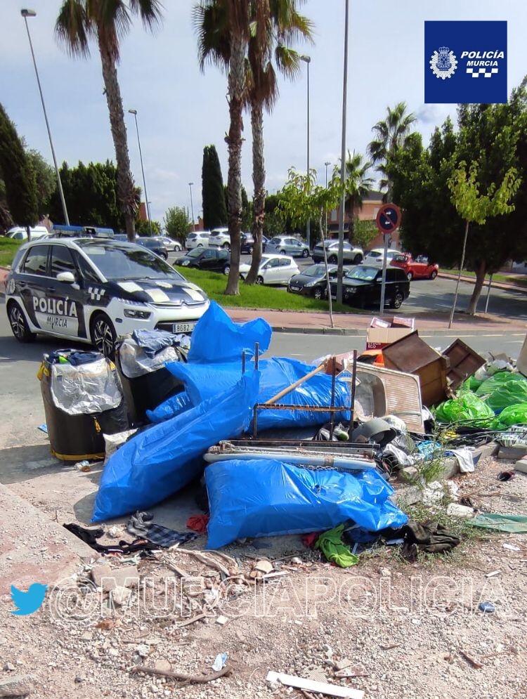 Vertidos incontrolado de escombros en la La Ñora, localizado por la Policía Local. Imagen: Policía Local Murcia @MurciaPolicia en Twitter