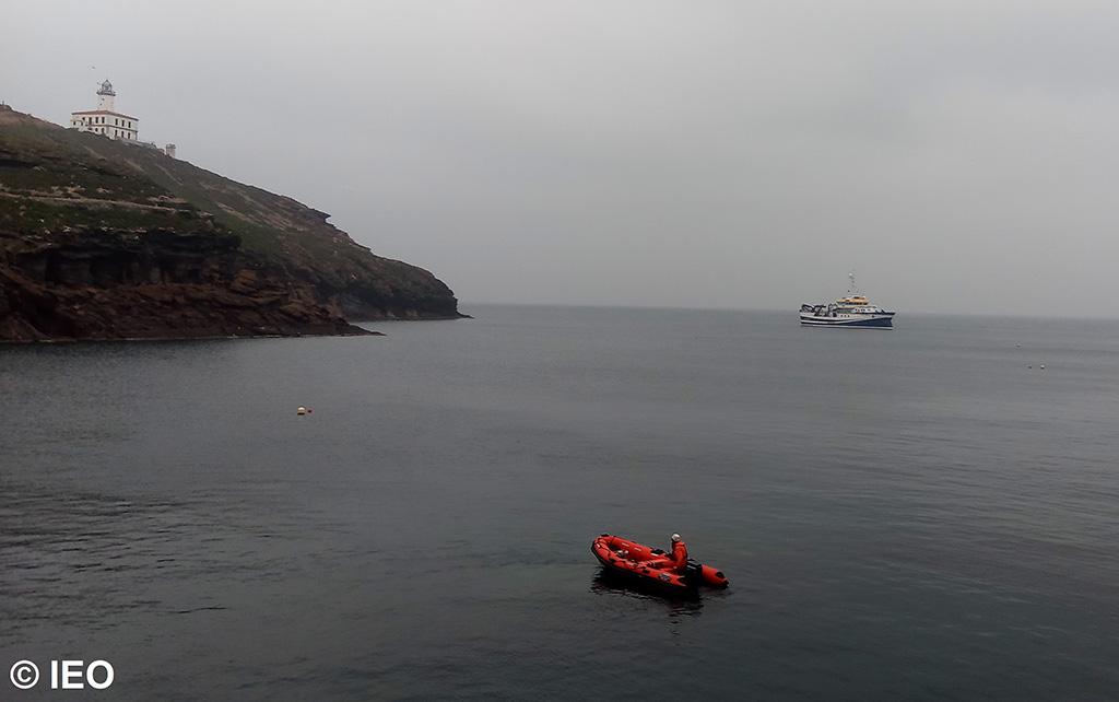 Vista del Ramón Margalef desde una de las islas Columbretes. Imagen: IEO