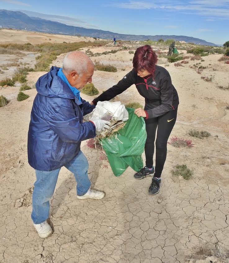 Un momento de la limpieza en los Saladares del Guadalentín. Imagen: Acude