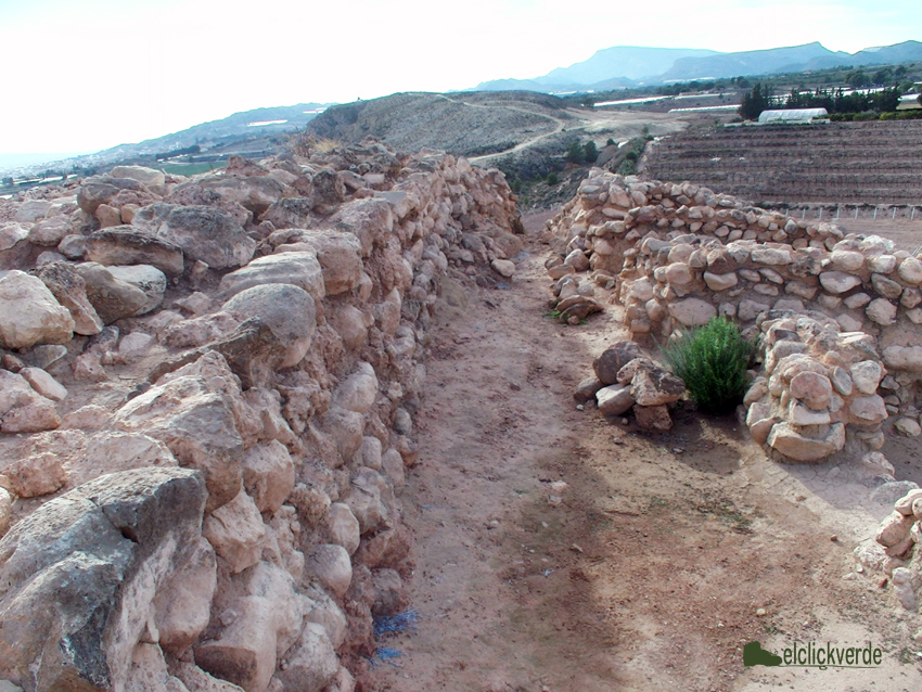 Una calle, dentro del yacimiento de La Tira del Lienzo