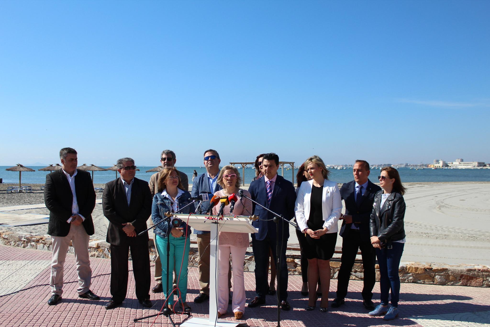 La consejera acompañada por alcaldes, concejales y miembros de su equipo directivo presenta los detalles del Decreto-Ley de medidas urgentes para garantizar la sostenibilidad en el entorno del Mar Menor. Imagen: CARM
